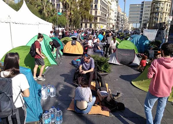 Палаточный городок студентов в центре Барселоны в знак протеста против вердикта Верховного суда в отношении политиков, причастных к проведению референдума о независимости Каталонии