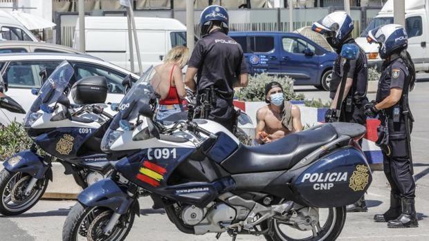 полиция. Валенсия / Agentes de la Policía Nacional de Valencia realizando controles