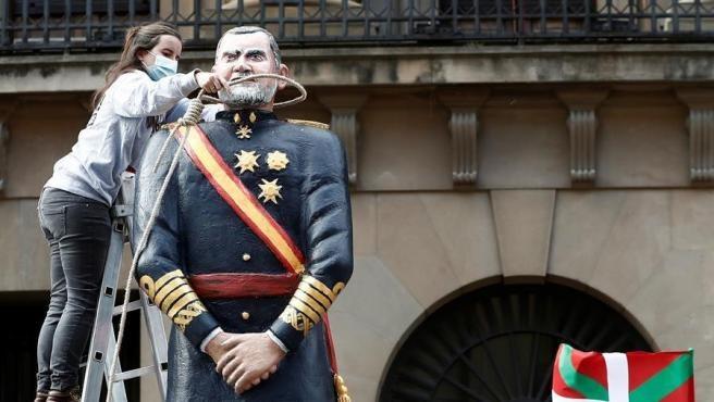 Decapitan una figura del rey Felipe en Pamplona en un acto promovido por Sortu.Decapitan una figura del rey Felipe en Pamplona en un acto promovido por Sortu.EFE/ Jesús Diges
