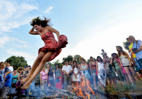 Девушка прыгает через костёр