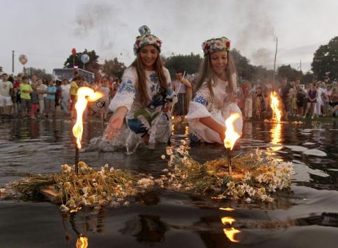 Девушки с венками на воде