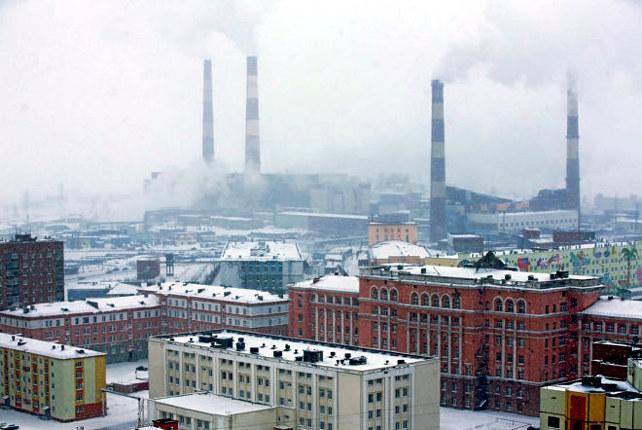 Al fondo, las chimeneas de Norilsk Nickel, la empresa dedicada a la excavación y producción de níquel. GETTY
