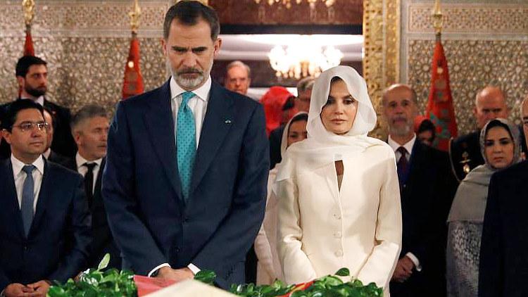 Los Reyes, en una ofrenda en el mausoleo de Mohamed V y Hassan II, en Rabat.