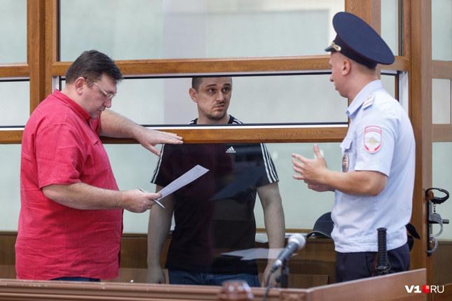 Встречаться лицом к лицу с правоохранительными органами России Александр не желал