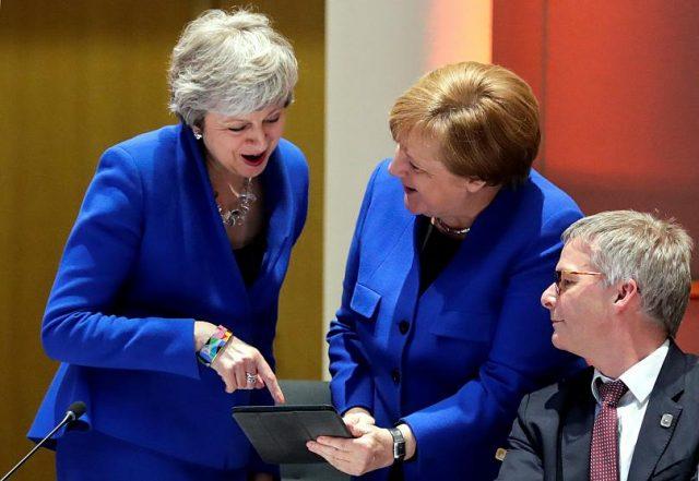 Синенький скромный жакетик: цвет-символ ЕС - один на двоихФото Рейтер